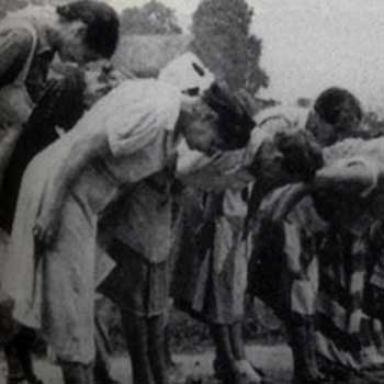 Java women bowing