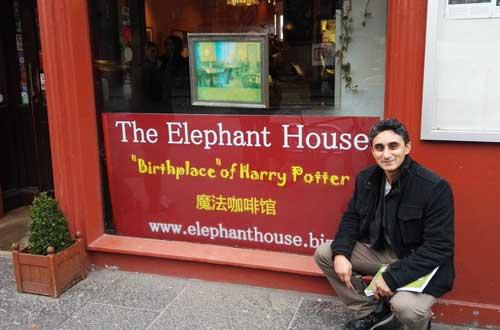 Vaseem Khan beside the Elephant Cafe (c) Vaseem Khan