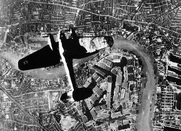Blitz-bombers-over-Thames-(1)
