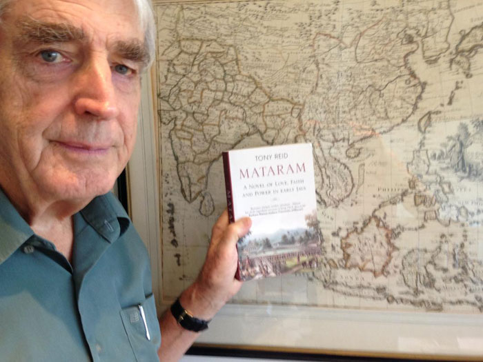Tony Reid and his book Mantaram (c) Tony Reid